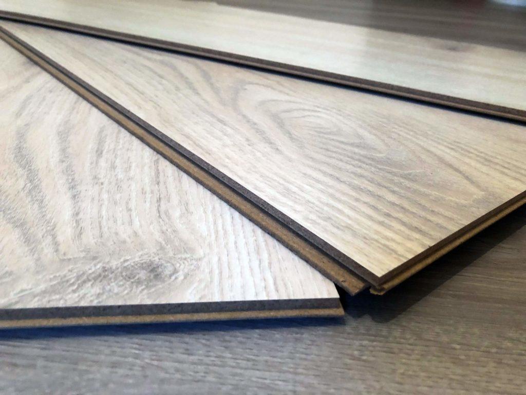 Ein warmer Korkfußboden in Holzoptik