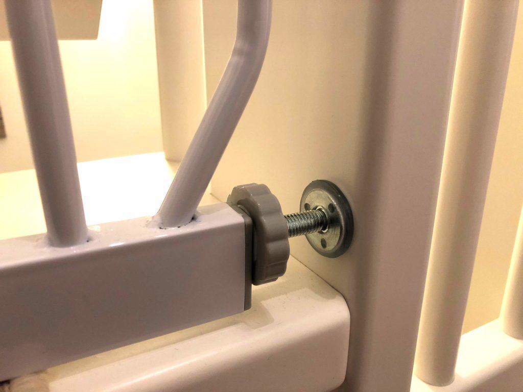 Das Trixie Treppenschutzgitter wird festgeklemmt - Montage ohne Bohren!